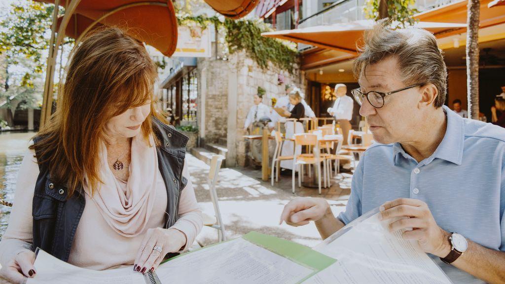 Una pareja revisa unos papeles