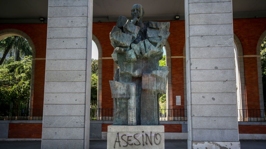 "Vandalizan la estatua de Largo Caballero y Ábalos e Iglesias ven la mano de Vox, que advierte: ""Primer aviso"""