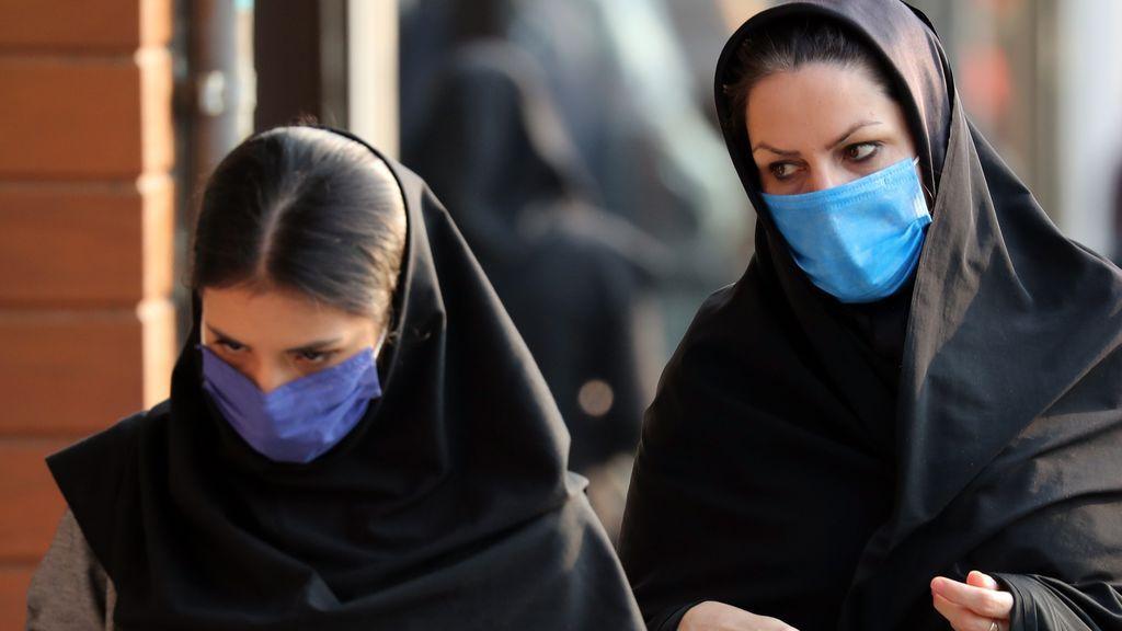 Mascarillas en las calles de Teherán tras dispararse las hospitalizaciones