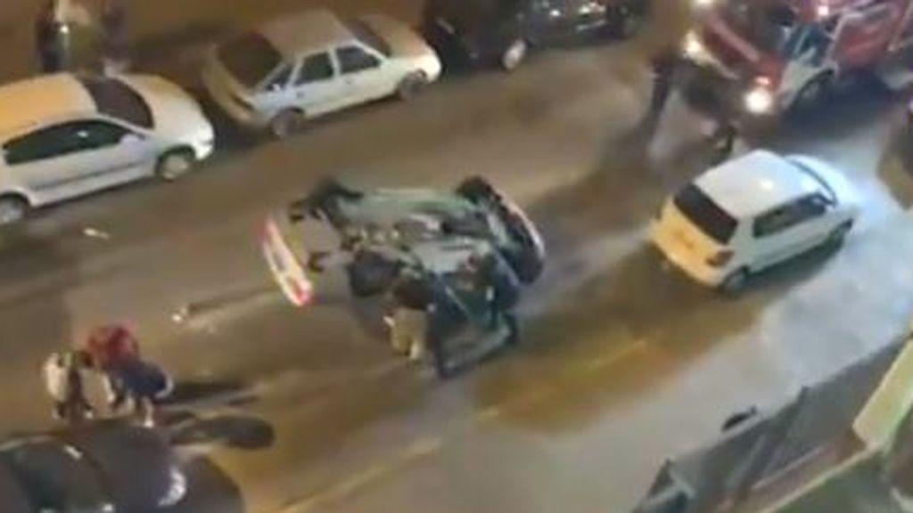 Un conductor ebrio choca con cuatro vehículos y vuelca en Sevilla