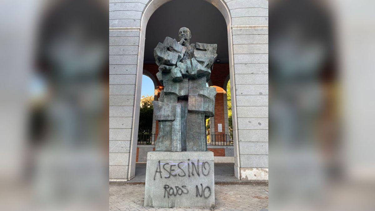 Vandalizan la estatua de Largo Caballero en Nuevos Ministerios con pintadas de 'Asesino' y 'Rojos no'