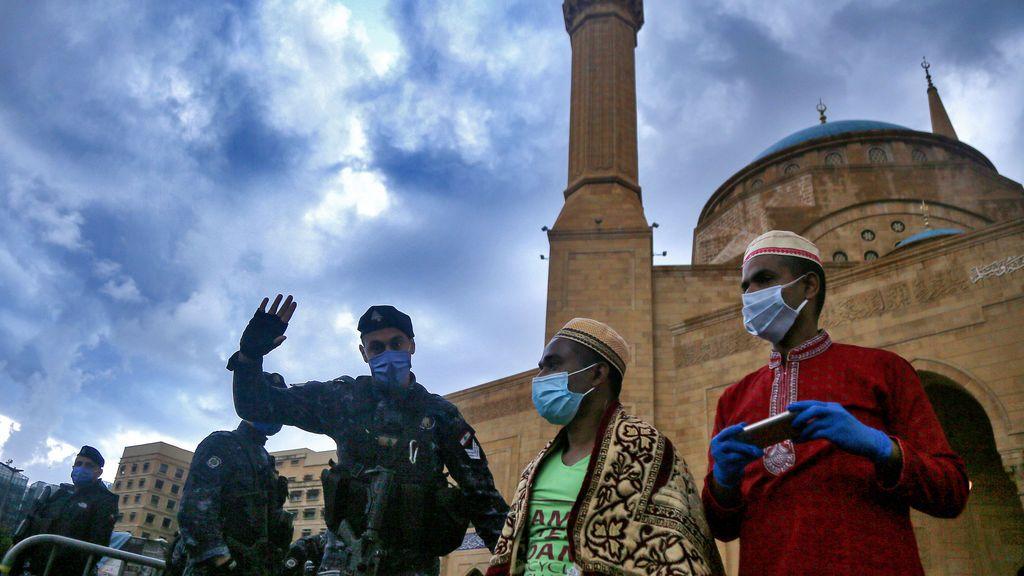 Personas con mascarilla en la capital de Líbano, Beirut