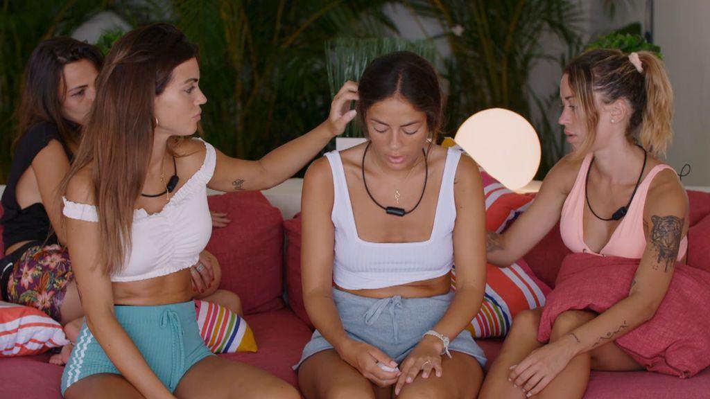 Las chicas consuelan a Melyssa
