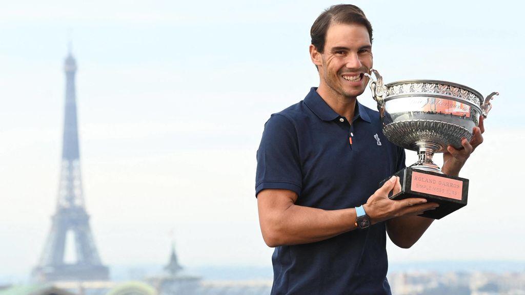 Rafa Nadal posa con el trofeo con la Torre Eiffel de fondo.
