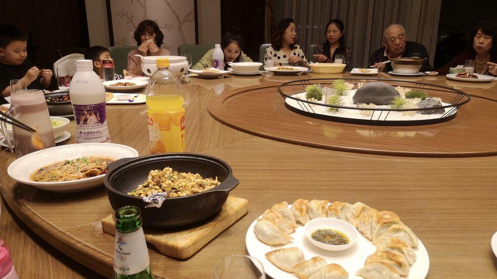 Cena de Sara con familiares chinos