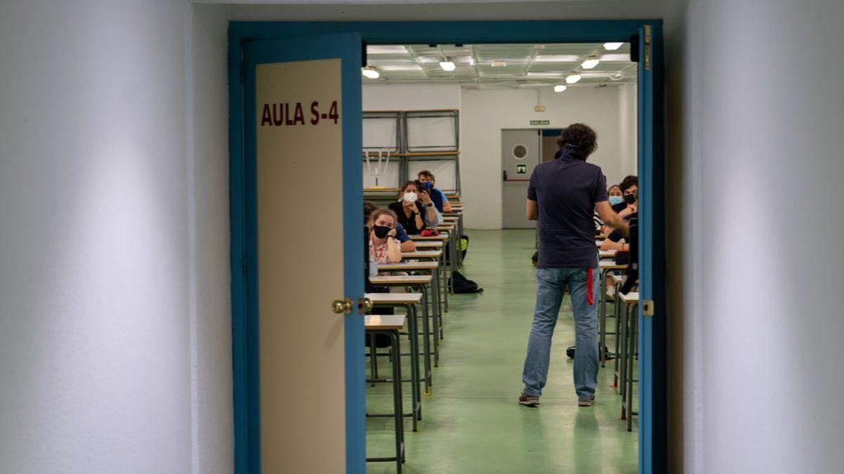 El experimento de un profesor para mostrar el riesgo de contagio por aerosoles si se cierran las ventanas del aula