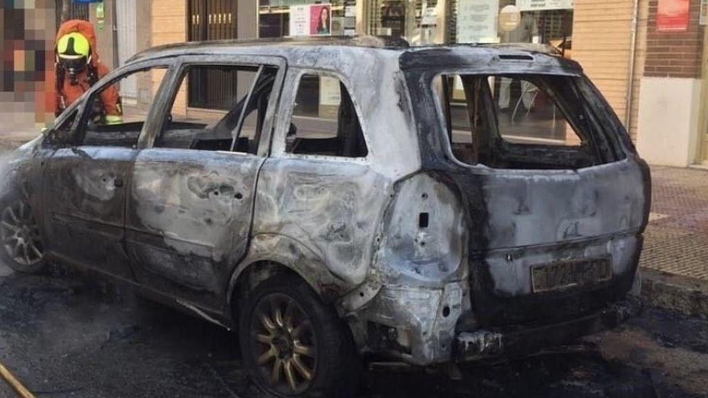 Paga 200 euros a un niño para que prenda fuego al coche de su exnovio en Granada
