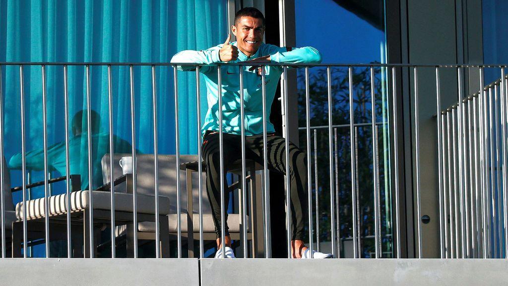 Cristiano Ronaldo, siguiendo el entrenamiento de Portugal desde la teraza de su habitación