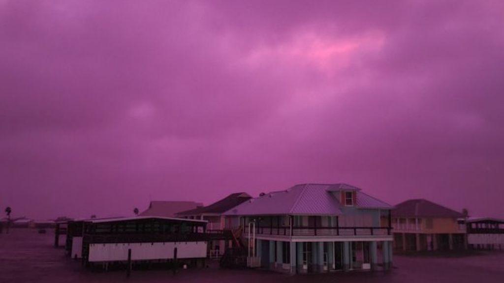 Por qué el cielo se tiñó de morado tras el paso del huracán Delta