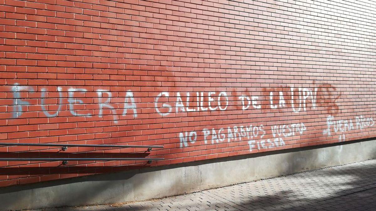 Las paredes del colegio mayor 'Galileo Galilei' de Valencia amanecen con pintadas contras los estudiantes