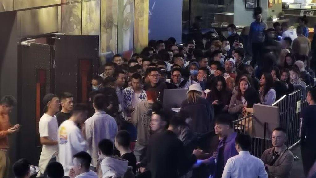 Entrada de una discoteca (Chengdu, Octubre 2020)