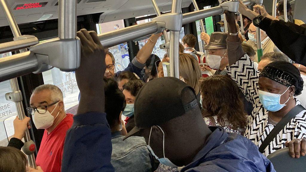 """Autobuses abarrotados en Valencia por la huelga de conductores: """"Da miedo subirse con lo que estamos viviendo"""""""
