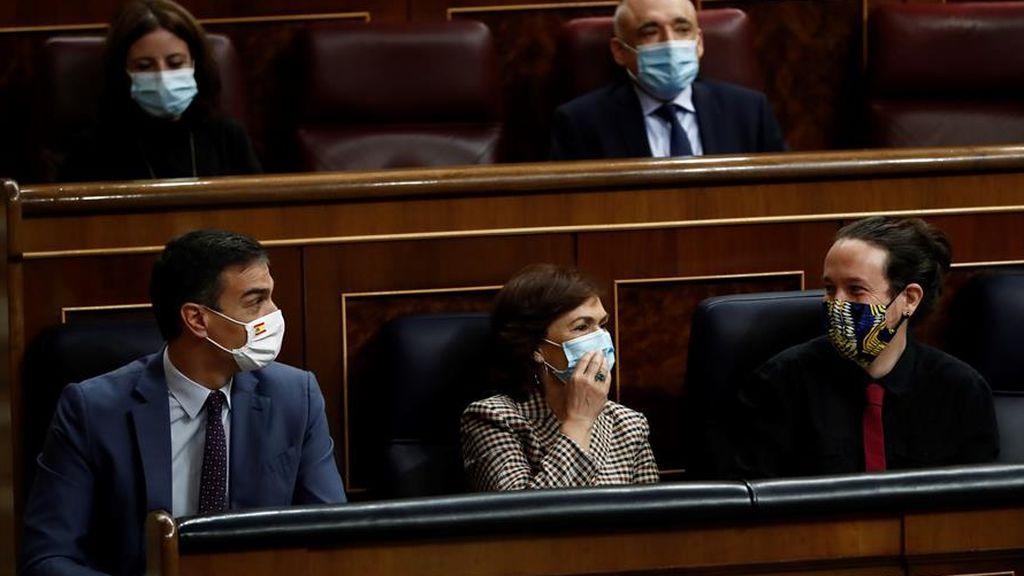 Pedro Sánchez, Carmen Calvo y Pablo Iglesias en el banco azul durante la sesión de control