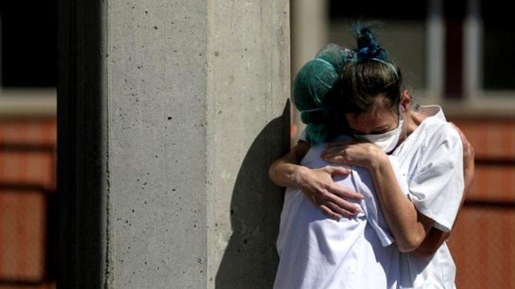 Dos sanitarias se abrazan en Madrid