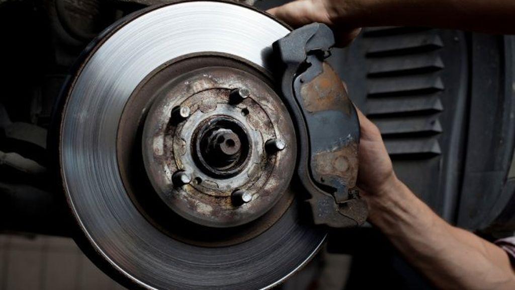 Cómo saber cuándo hacer el recambio de los frenos de un coche