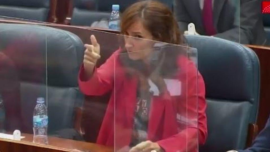¿Dispara o señala? El gesto polémico de la diputada de Más Madrid, Mónica García