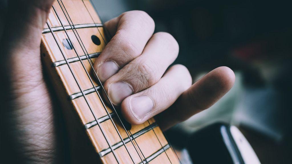 Un proceso muy medido: cómo cambiar el diapasón de una guitarra