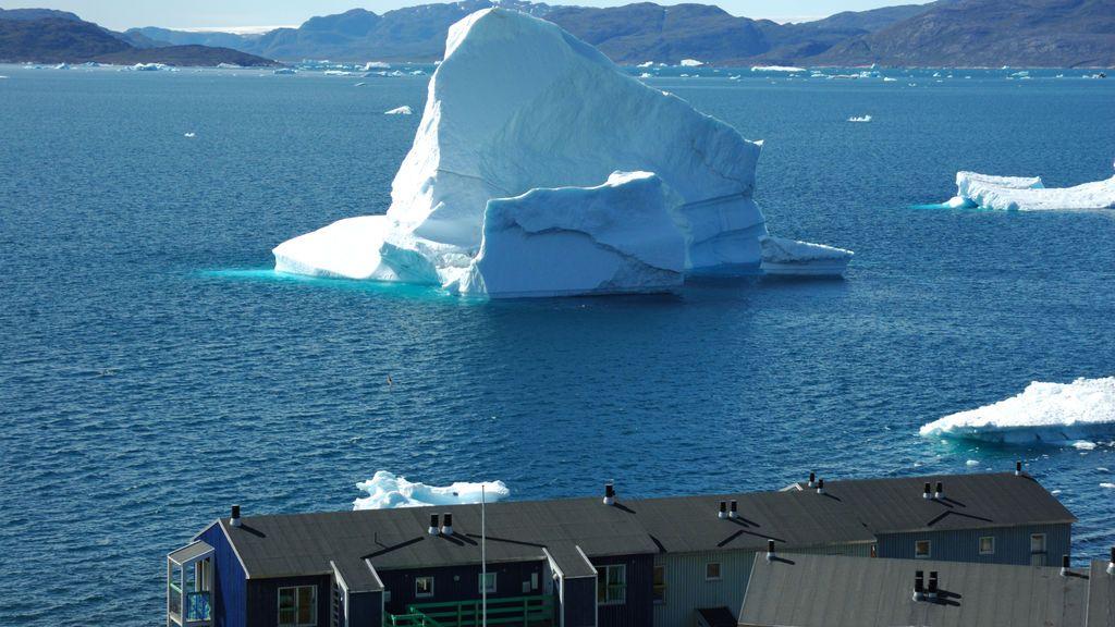 Glaciar y casas en Groenlandia.
