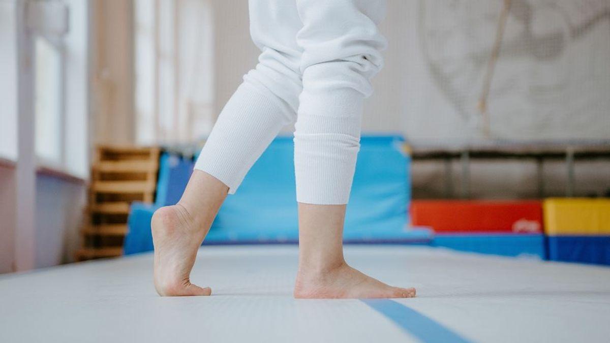 Estiramientos, cintas y masajes: ejercicios caseros para la fascitis plantar