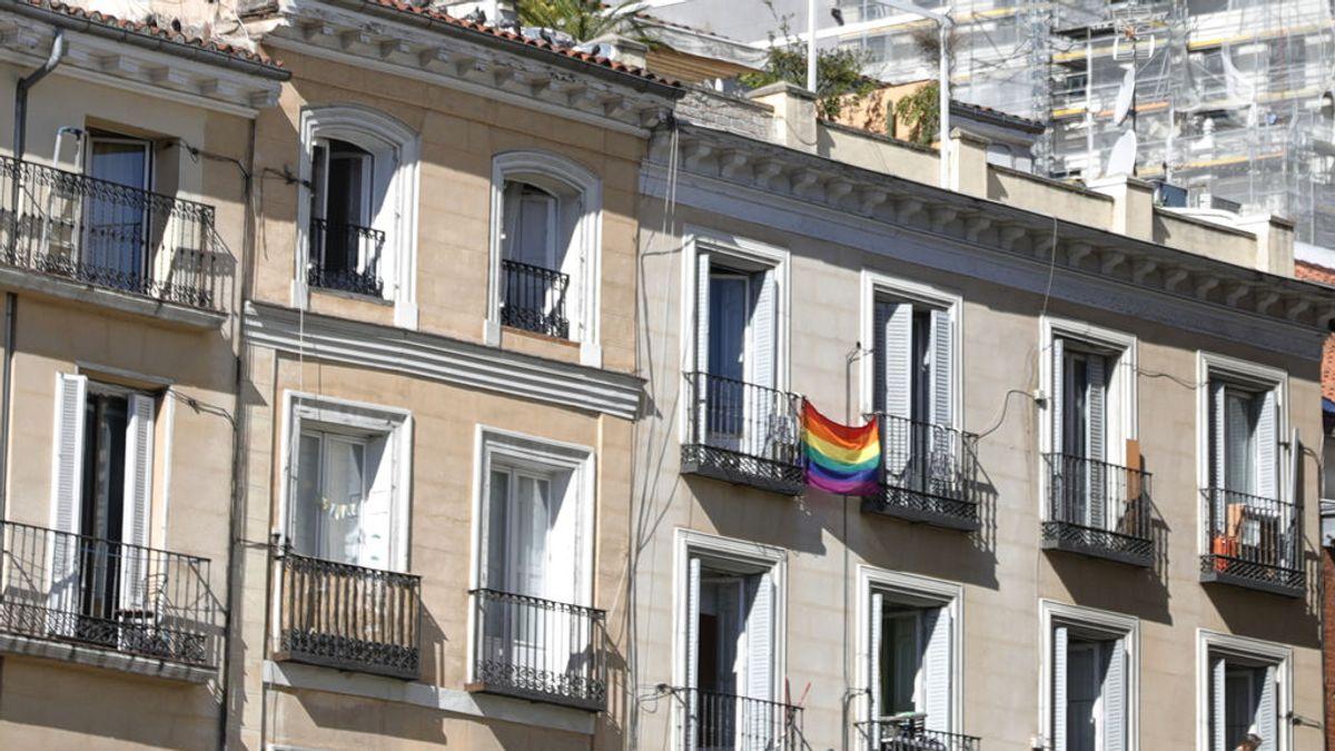 """Su comunidad les pide que retiren la bandera arcoíris de su balcón: """"Es un ataque LGTBIfóbico"""""""