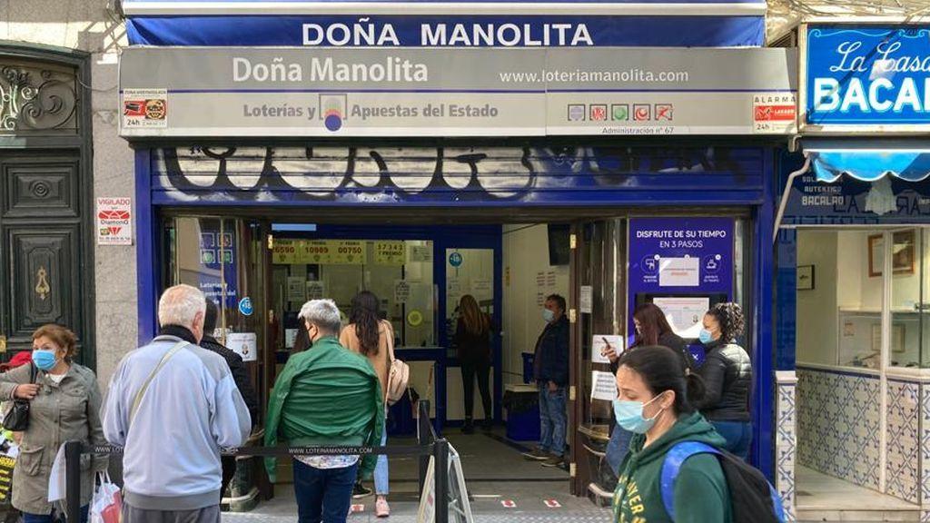 El coronavirus acaba con las largas colas para comprar lotería de Navidad en  Doña Manolita