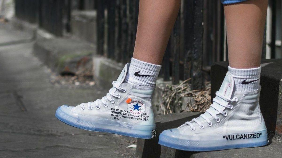 Las sneakers transparentes te salvarán de los días de lluvia: así podrás combinarlas.