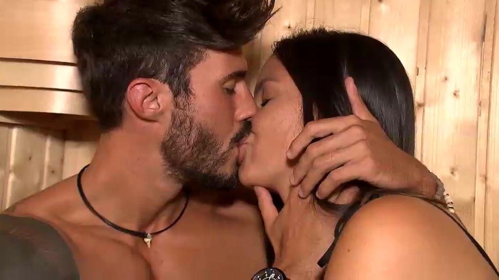 Nancy y Álex suben la temperatura en una cita a solas en la sauna