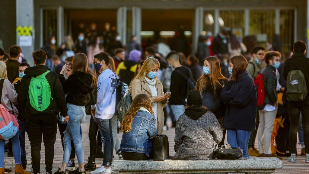 El 21% de los brotes en España se dan en reuniones de amigos y familiares