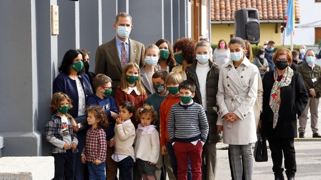 Somao recibe a los reyes y sus hijas como pueblo ejemplar de Asturias 2020