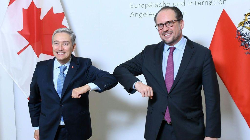 El ministro de Exteriores austriaco, Alexander Schallenberg, a la derecha