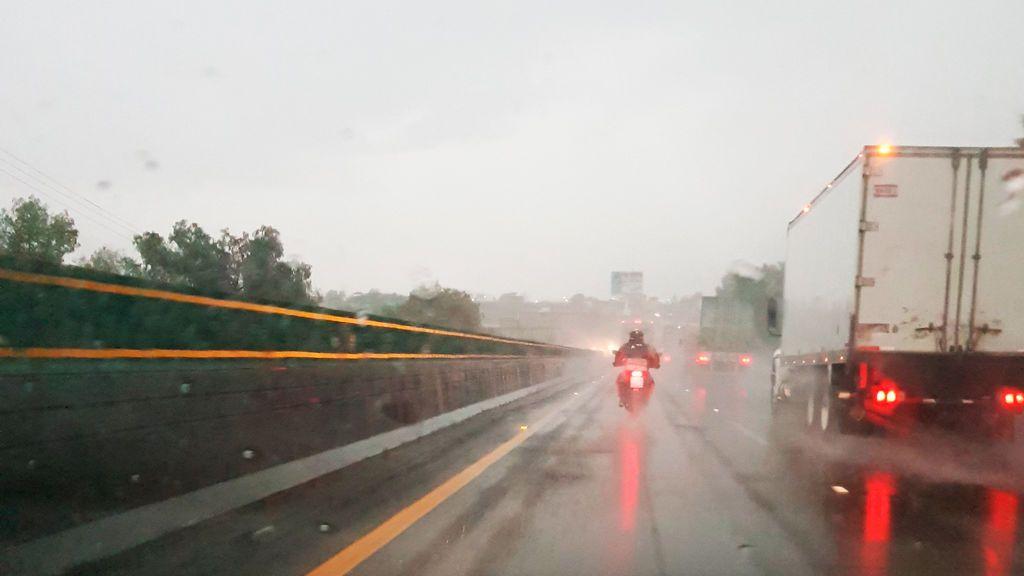 Conducir una moto con lluvia: consejos para una conducción segura