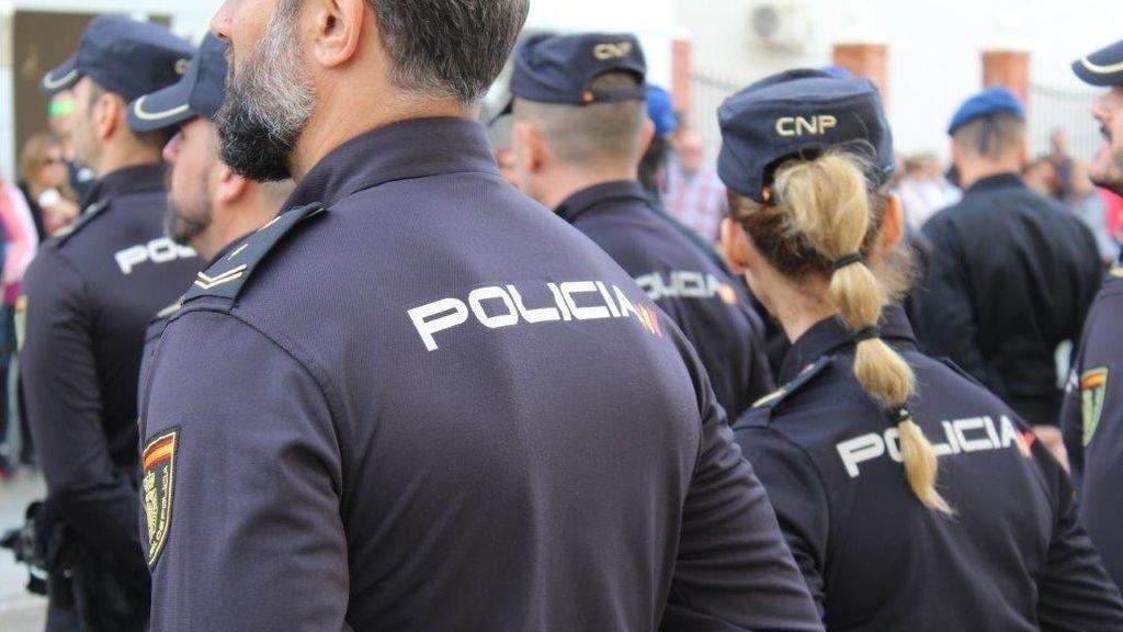 Agentes de  Policía salvan a una niña de dos años que se había desvanecido y no respiraba haciéndole la RCP