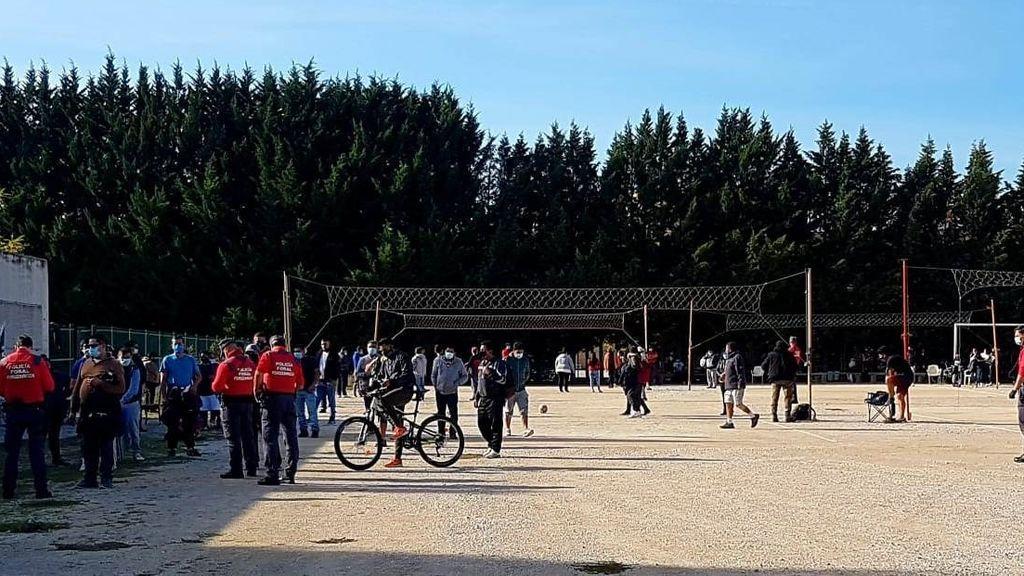 Concentración de personas jugando al voleibol contraviniendo las restricciones por el covid-19