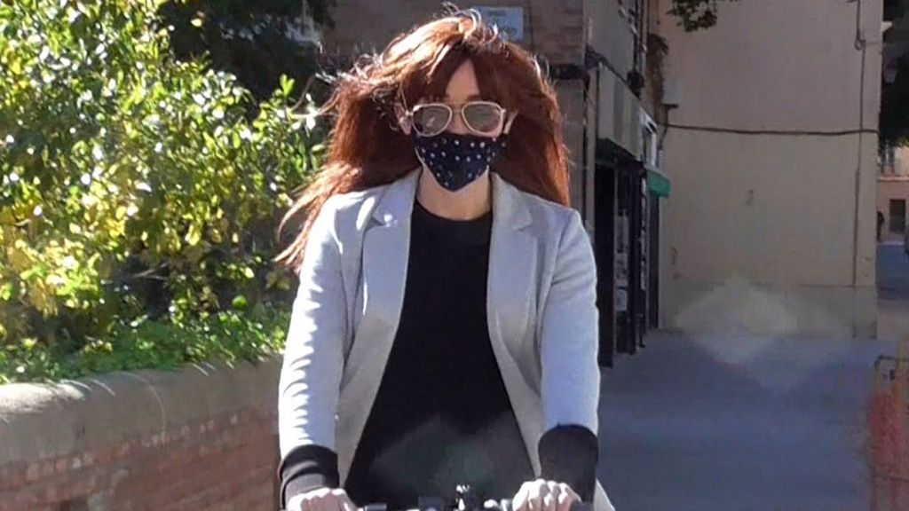 Ángela Dobrowolski, mujer de Mainat, en patinete con peluca y gafas