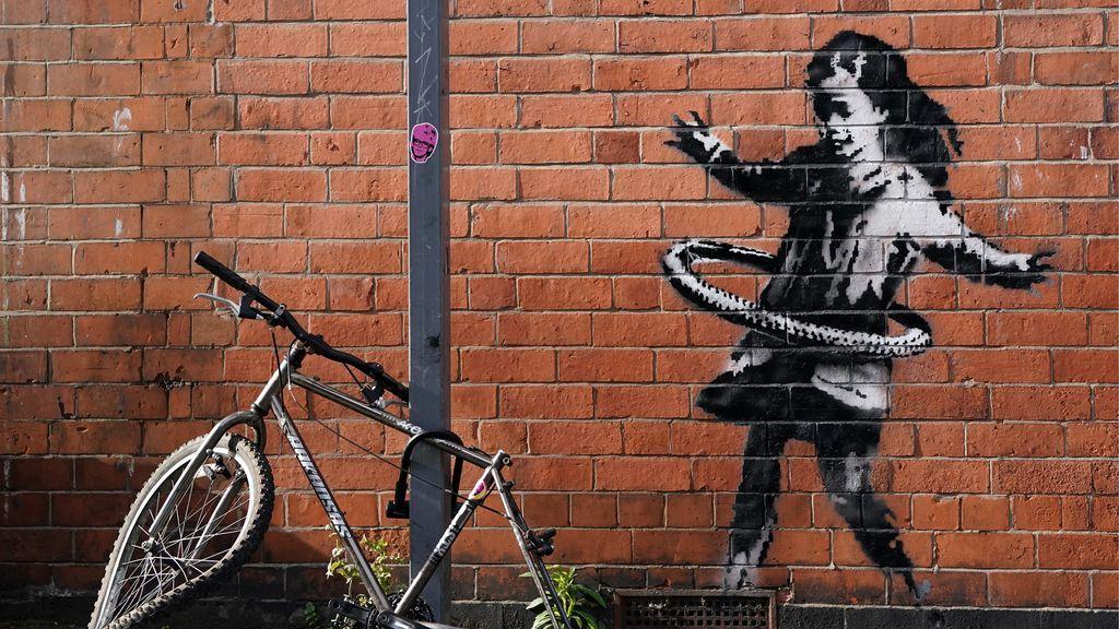 Una niña jugando con la cubierta de una bici a modo de hula-hop: Banksy confirma la autoría de su nueva obra