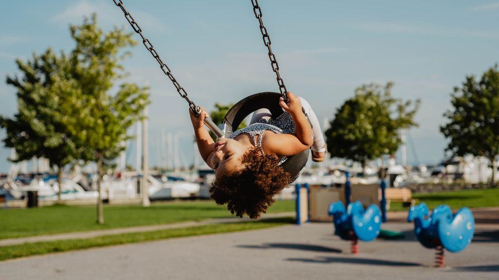 Divertidos, coloridos y muy sanos: jugar en parques, una práctica infantil llena de ventajas
