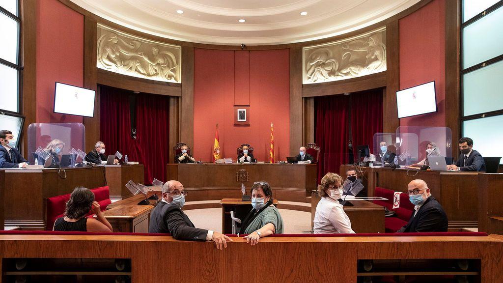 El TSJ catalán inhabilita a la antigua Mesa del Parlament por el 1-O y absuelve a la exdiputada de la CUP Mireia Boya