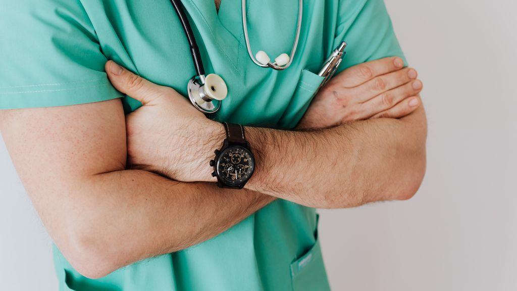 Un médico contagia de covid a sus pacientes, tras pasar consulta sin mascarilla