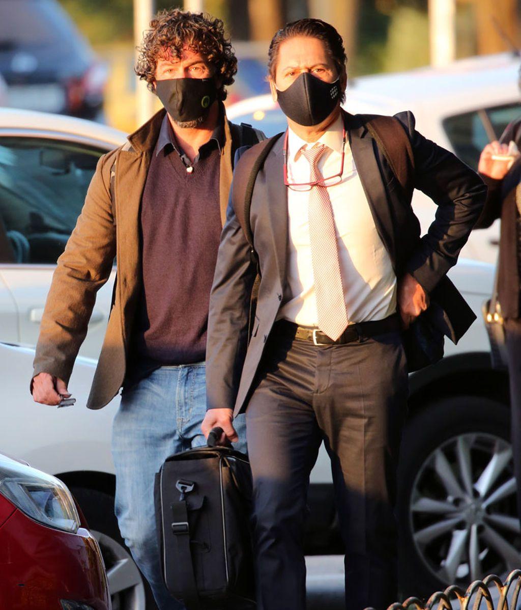Nacho Palau (izquierda) llega a los juzgados para el juicio con Miguel Bosé