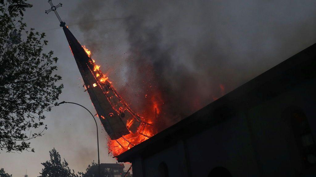 Protestas en Chile: enfrentamientos, saqueos y quema de dos iglesias