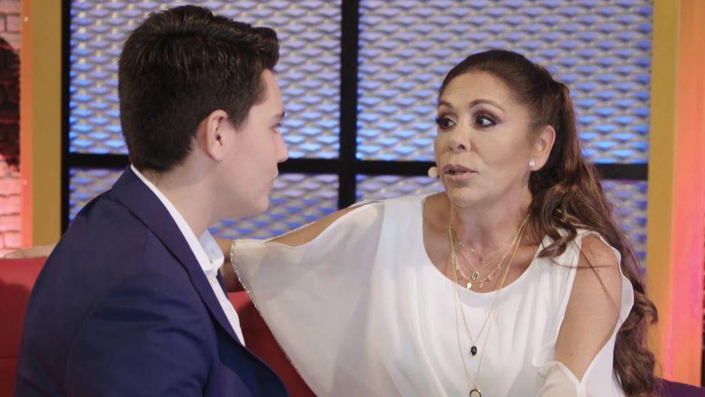 Isabel sorprende a Sebastián en el 'backstage' para darle un consejo y gracias a él borda su sevillana