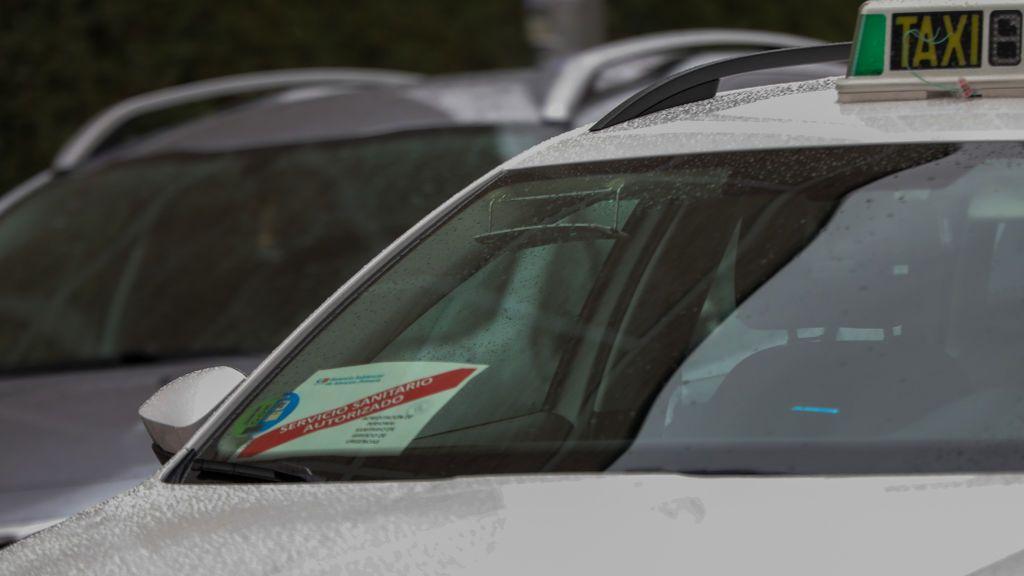 """Secuestran y atracan a punta de navaja a una taxista de Santiago: """"Tuve que tirarme del coche para huir"""""""