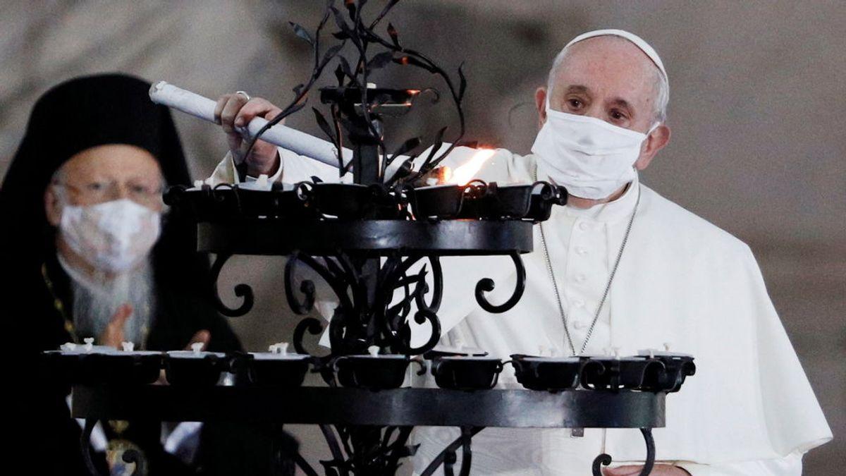 El Papa Francisco lleva mascarilla por primera vez en público y reza por la paz en el mundo