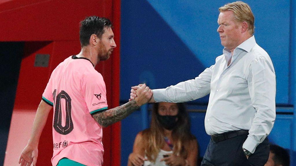 Messi choca la mano con Koeman en un partido de pretemporada.