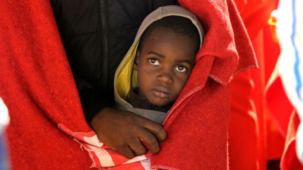La Fiscalía separa a 12 niños de sus madres tras llegar en patera a Canarias