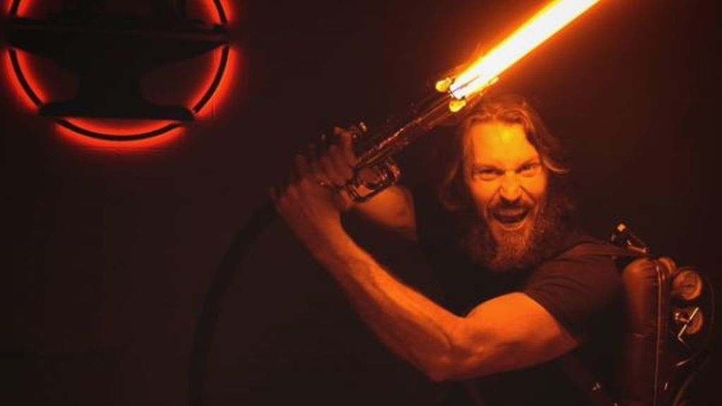 Fabrican una espada láser al estilo de la Guerra de las Galaxias que corta el acero sin apenas esfuerzo