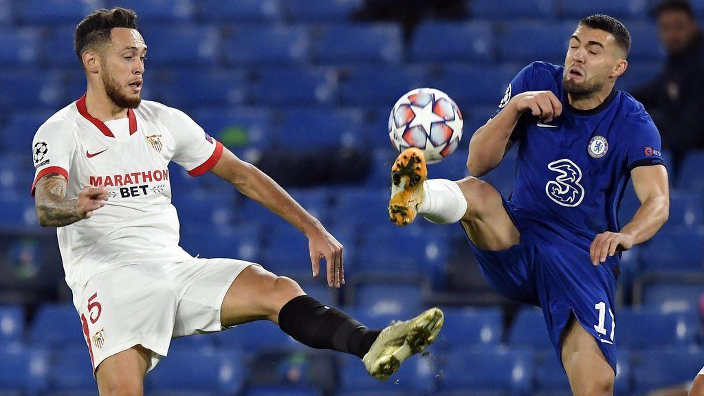 Ocampos disputa un balón con Kovacic.