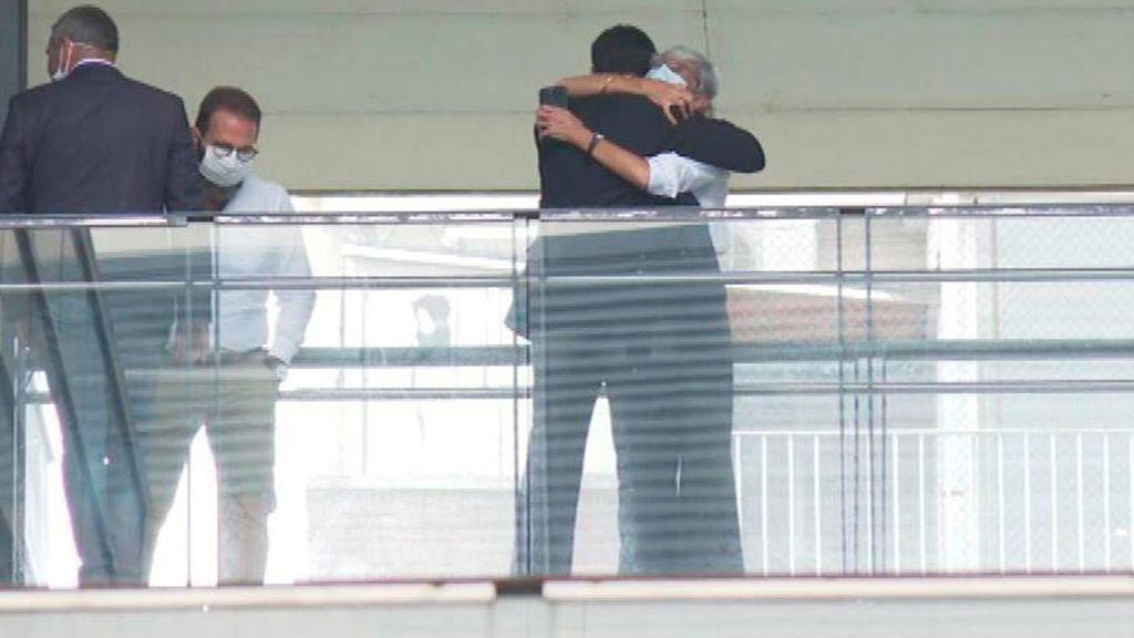El abrazo de la abogada Tubau a Trapero despues de comunicarle su absolución