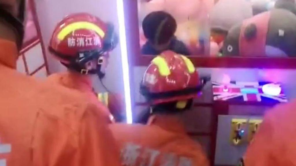 Rescatan a una niña atrapada en una máquina dispensadora de peluches