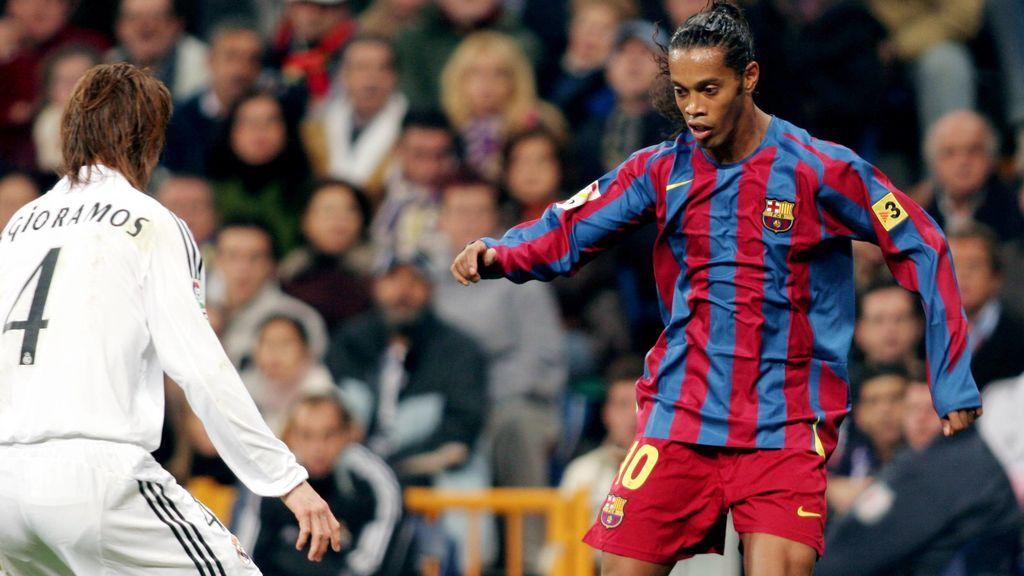 Ronaldinho encara a Sergio Ramos en el clásico de noviembre de 2005.